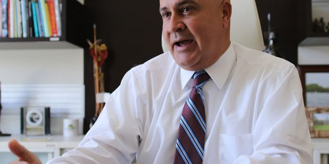 Objeto a presentación de cargos penales por contrato ilegal al alcalde